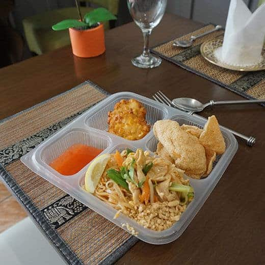 The lunch box pad Thai set